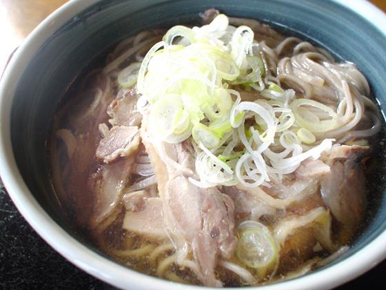 絶品!冷たい肉そば!そば処まるきや、山形県西川町!